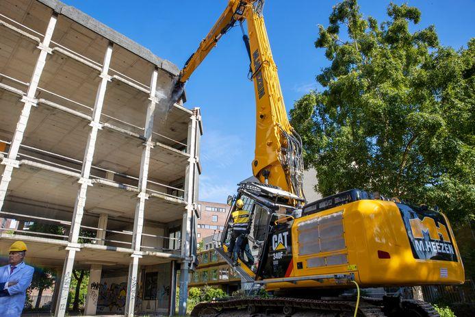 EINDHOVEN - Wethouder Yasin Torunoglu mag woensdag de eerste stukken beton uit het karkas happen