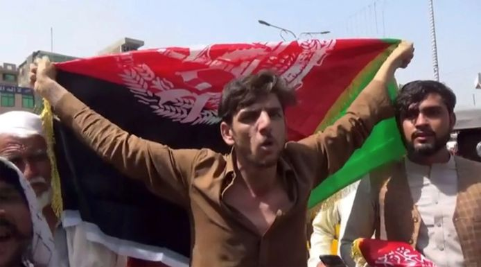 Een man met de Afghaanse vlag in Jalalabad op woensdag, toen er doden vielen. Vandaag verliep het protest rustiger.
