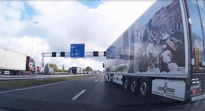 Het moment dat de vrachtwagen rakelings langs automobilist gaat.