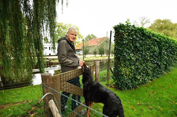 George Welting met op de achtergrond de stal waar zijn buren een bed and breakfast willen beginnen. Met zijn vrouw Leonie heeft hi hiertegen bezwaar aangetekend.