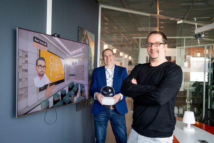 Bart Kok (rechts) en Mark Pigge over Connec2 , een ontwikkeling waarbij mensen in een virtuele omgeving bij elkaar komen. Op het scherm is de avatar van Kok te zien.