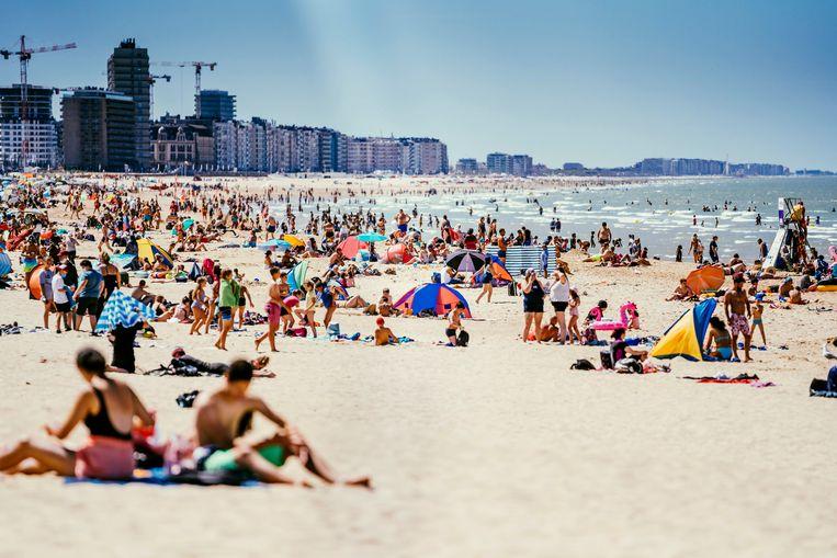 Bakken dan wel verkoeling zoeken op het strand van Oostende.  Beeld © Stefaan Temmerman