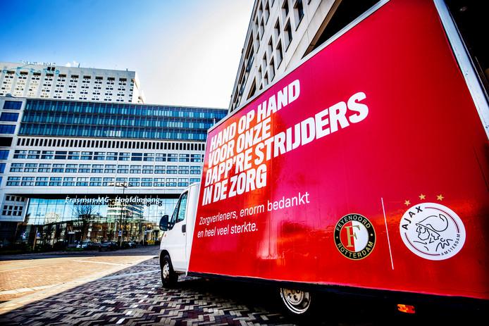 Feyenoord en Ajax betuigen via een moving billboard hun steun aan de mensen in de zorg.
