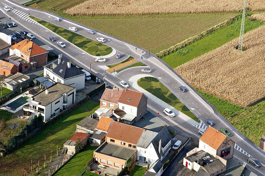Er komt een nieuw wegdek in asfalt, veiligere fietspaden, een middenberm, twee keerpunten en een keerlus op de Brakelsesteenweg.