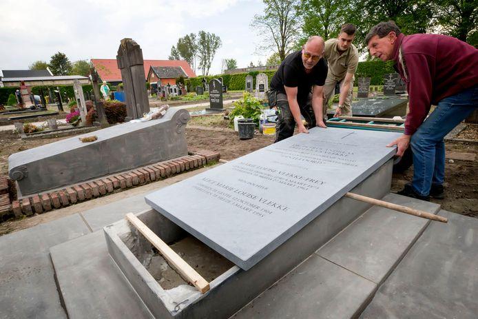 De nieuwe afdekplaat word geplaatst op het graf van Petrus Vlekke, de eerste directeur van de coöperatieve beetwortelsuikerfabriek in Dinteloord. Hij was de zoon van Jan Frederik Vlekke, directeur-eigenaar van de Stampersgatse suikerfabriek. Zijn graf ligt ernaast en is eveneens opgeknapt. Foto: Pix4Profs/Joyce van Belkom