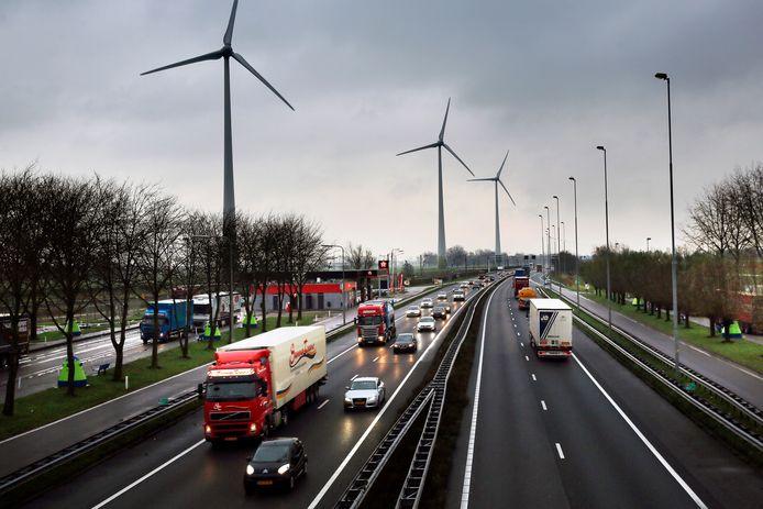 De windmolens langs de A15 nabij Hardinxveld-Giessendam. Inwoners van Molenlanden en Gorinchem wordt onder meer gevraagd of ze meer windmolens langs de snelwegen in de regio zien zitten.