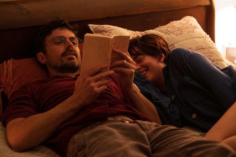Nicole (Dakota Johnson) is terminaal ziek, haar eigen man Matt (Casey Affleck) heeft het druk. Beeld