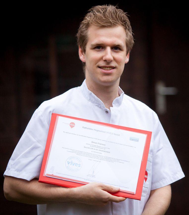 Simon Fransoo is fier op zijn diploma 'bachelor in de vroedkunde'.