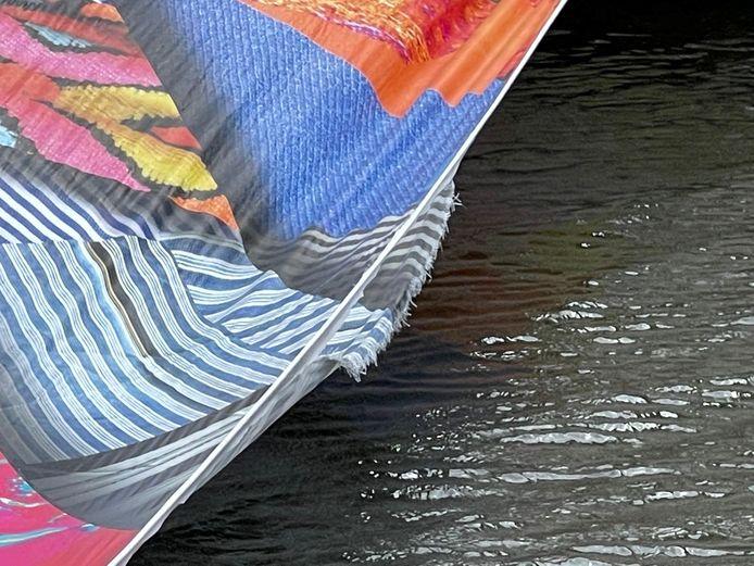 Het kunstwerk voor de Triënnale scheurde door de felle wind.