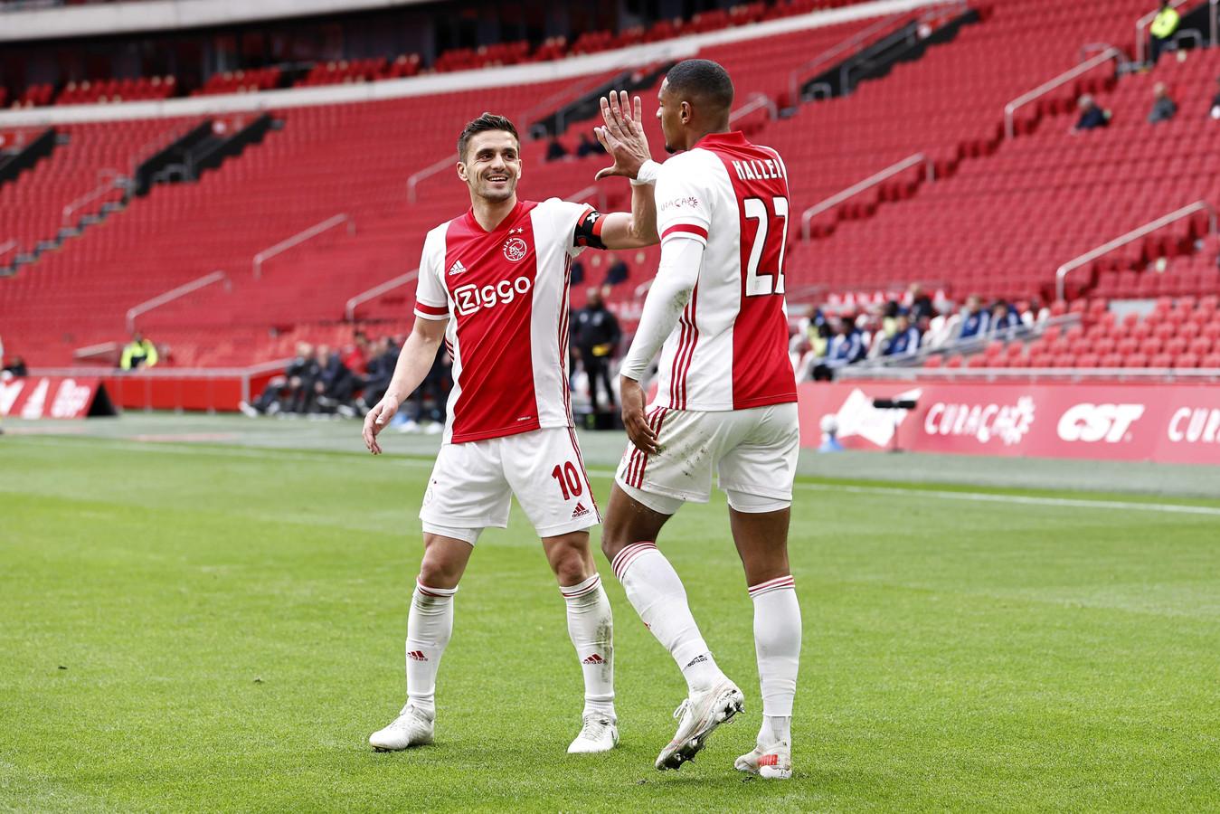 Dusan Tadic viert samen met Sebastien Haller de 2-0 van Ajax tegen FC Emmen.