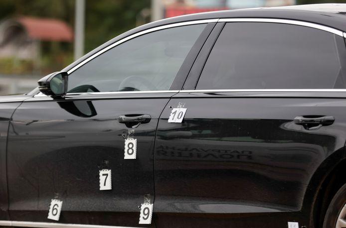 De auto waarin Sergej Sjefir beschoten is. De kogelgaten zijn aangegeven met genummerde markeringen.