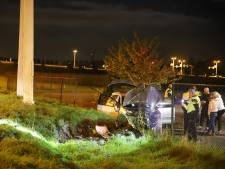 Auto op A2 bij Enspijk wordt gelanceerd en eindigt op hekwerk: één gewonde