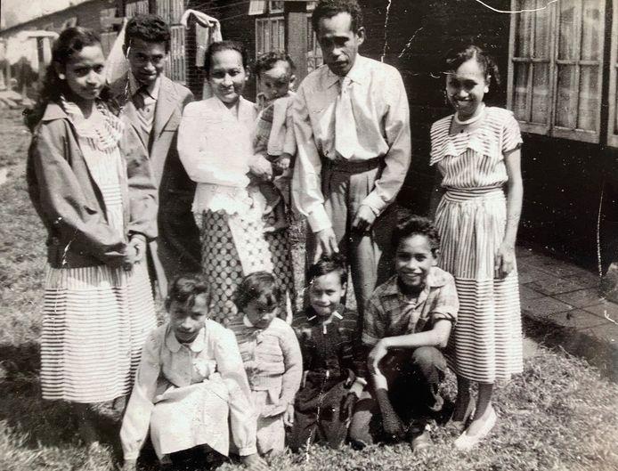 De familie Tahapary in het Woerdense kamp aan de Singel. Nona zit op de arm van haar moeder in het midden.
