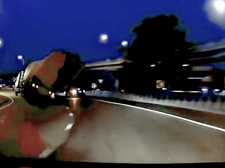 Vrachtwagen vol hooibalen mist bocht en kantelt op rijdende auto
