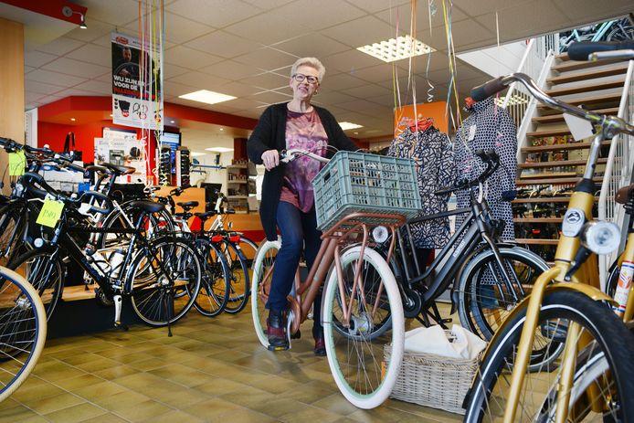 Coby Verton van Bike Total in Burgh-Haamstede op de fiets die Duitse mensen het meeste kopen