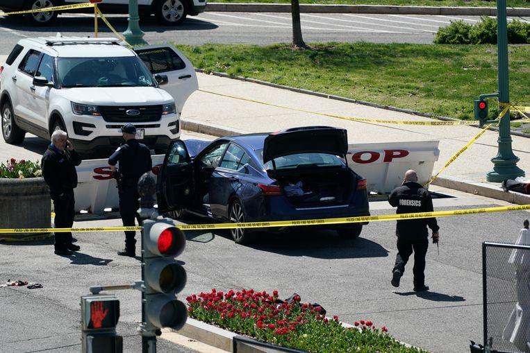 Het Capitool is afgesloten nadat deze auto inreed op twee agenten. Beeld AP