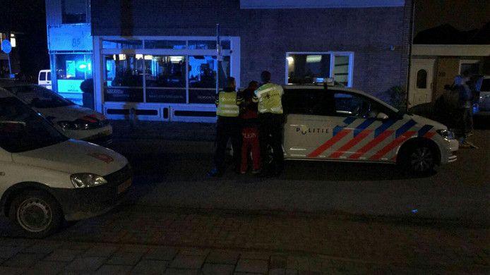 Agenten grijpen de verdachte in de kladden.