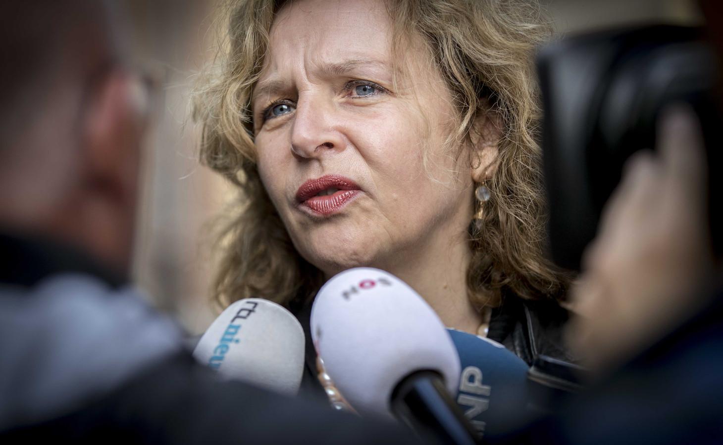 Minister Schippers (Volksgezondheid), hier op de foto, en staatssecretaris Van Dam (Economische Zaken) melden de Tweede Kamer dat Q-koortsslachtoffers 'een vorm van tegemoetkoming' krijgen.