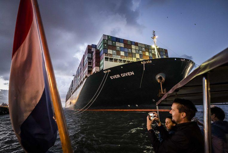 Het containerschip Ever Given komt aan bij de ECT Delta terminal in de Rotterdamse haven. Het schip dat het Suezkanaal blokkeerde, blijft in Rotterdam om containers te lossen en te laden.  Beeld Remko de Waal/ANP