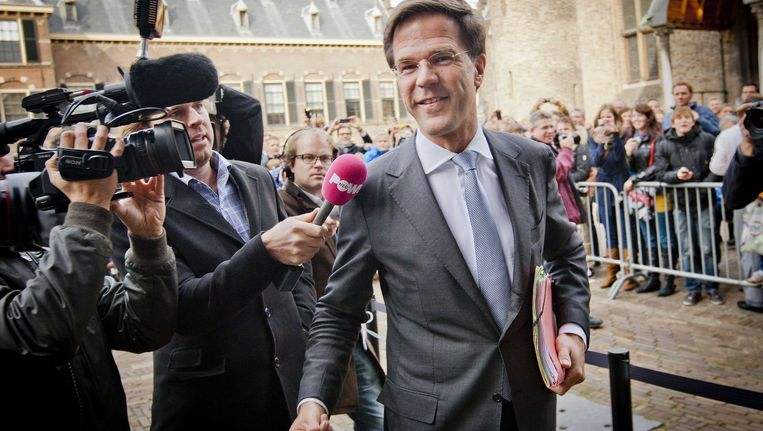 VVD-leider Mark Rutte praat met de pers op het Binnenhof. Beeld ANP