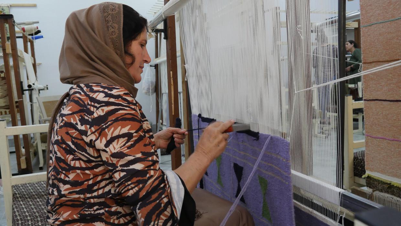 Filouz Ibrahim werd tapijtweefster: 'Ik had nog nooit iets gebreid.' Beeld Bruno Struys