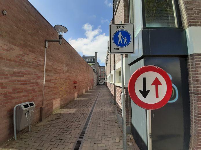 De steeg tussen Marktstraat en Hoofdstraat is volgens de website van de gemeente Apeldoorn alleen vanaf de Hoofdstraat toegankelijk. Maar maakt dit bord dat duidelijk?