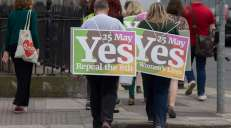 fotoreeks over Ieren voeren actie voor en tegen abortus aan vooravond referendum