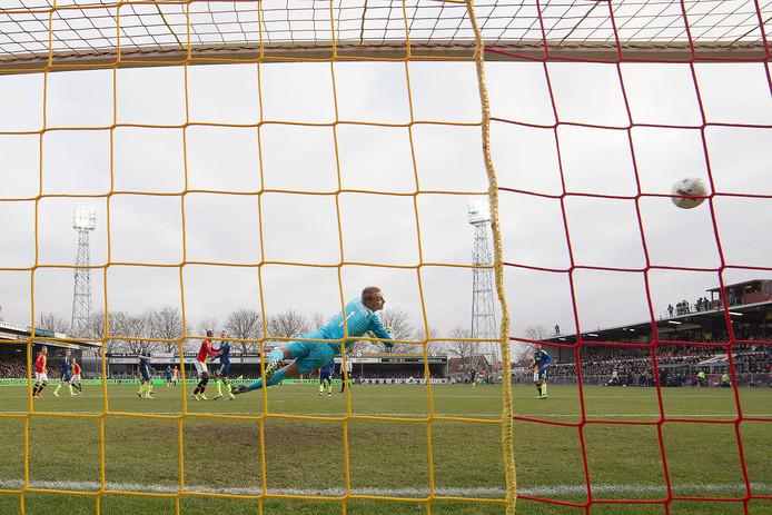 Supporters van Go Ahead Eagles misdroegen zich zaterdag in de eigen Adelaarshorst.