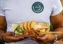 De saté van de Bite Club wordt geserveerd met grove pindasaus, gebakken uitjes, kroepoek en een beetje atjar van komkommer.