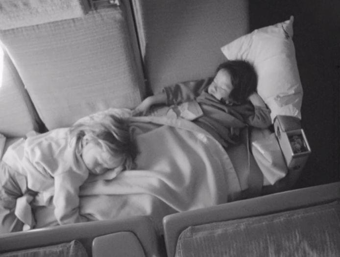 Slapende kinderen in het vliegtuig op weg naar Nederland.