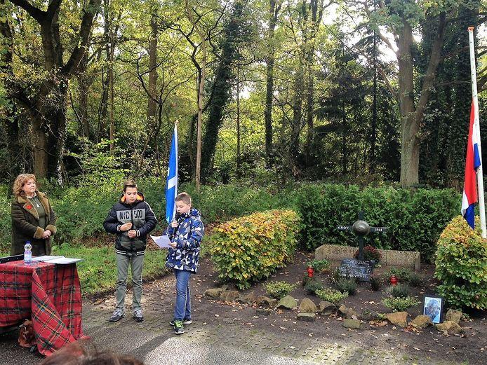 Matthijs Koek uit Waalwijk (rechts) leest zijn gedicht voor. Daniel Hoevenaars en Elsbeth Hoyer-Vugts luisteren.