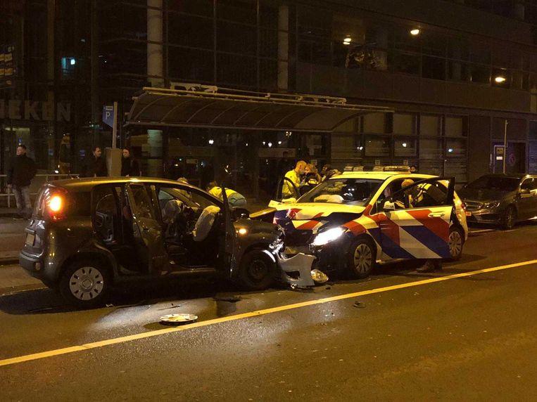 Een personenauto is zaterdagavond frontaal op een politieauto geknald. Beeld Martijn Oomes