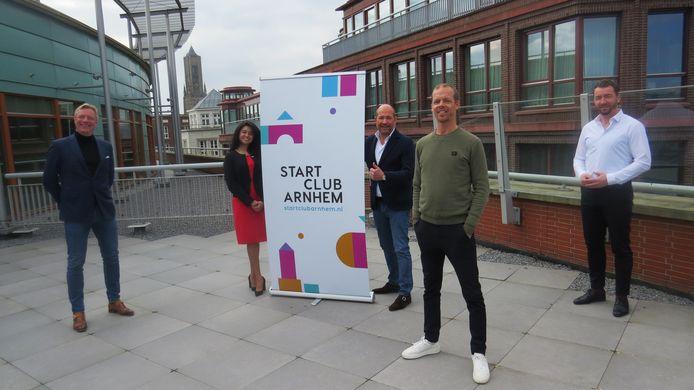 Na een online platform, hebben de ondernemers van Startclub Arnhem nu ook een fysieke ontmoetingsplek. Vandaag werd hun werkruimte aan het Velperplein officieel geopend, in het bijzijn van wethouder Jan van Dellen.