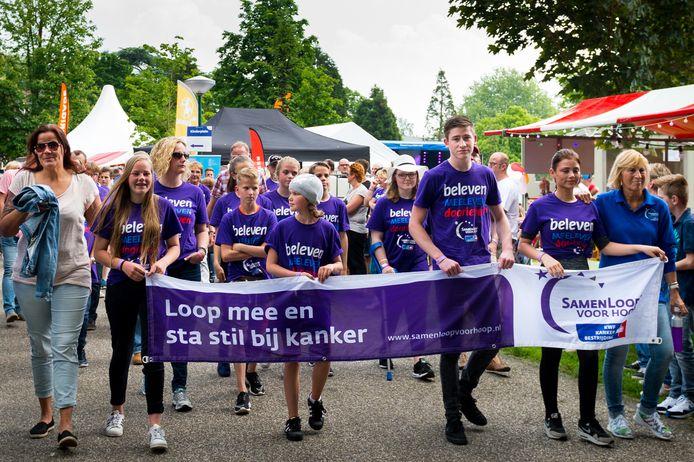De Samenloop voor hoop trok in Alphen duizenden deelnemers, die wandelden om geld op te halen voor KWF Kankerbestrijding.