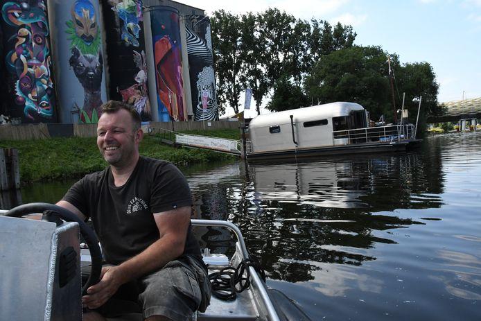 Vincent van Uden, met op de achtergrond de gepimpte silo's van de Tramkade én The Coon