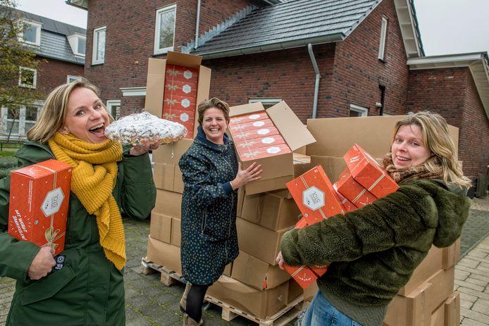 Kerststollen voor het goede doel - helft opbrengst gaat naar de Voedselbank. ( vlnr Lotte Westerlaken,  Alieke van Zandwijk en  Hedy Izaks - ter Haar)