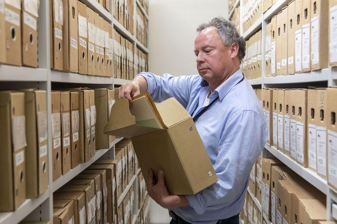 Dagboeken van een burgemeester, papieren uit de 19de eeuw en bouwtekeningen van bekende Hengelose gebouwen: het archief van de gemeente zit vol schatten.