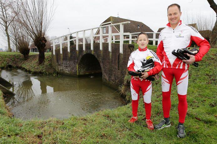 Vader Ron en zoon Corné zijn klaar voor hun alternatieve Elfstedentocht op de Weissensee.