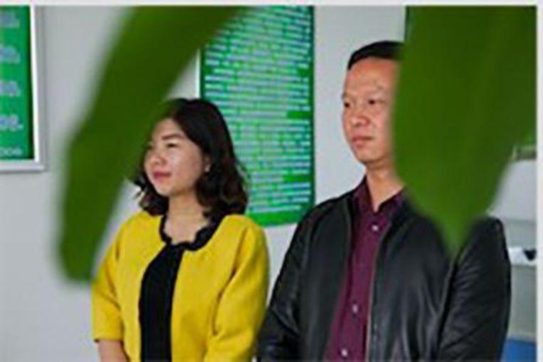 Directeur Luo Rong (rechts) met een psychologisch adviseur. Beeld WassinkLundgren
