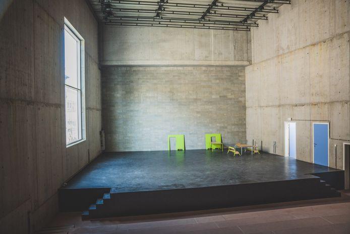 Naast het podium zit een groot raam, een backstage is er niet, en de deuren zijn te klein om een decor binnen te brengen