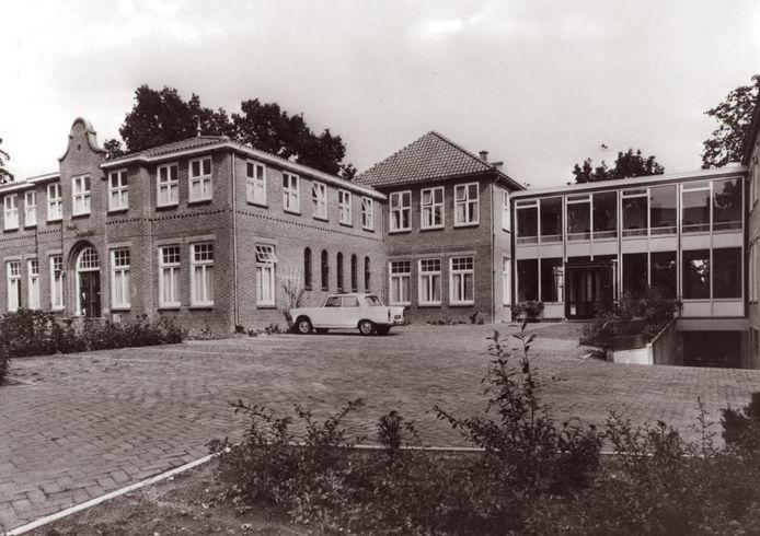 Huize Sint Jozef in Weerselo, met rechts de verlaagde oprit naar onder meer de aula.