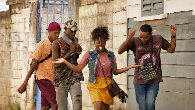 Sing Song is het muzikale avontuur van de 16-jarige Jasmine die samen met gitarist Stijn naar Suriname gaat om mee te doen aan een song-contest, maar in het geheim op zoek gaat naar haar moeder. Beeld .