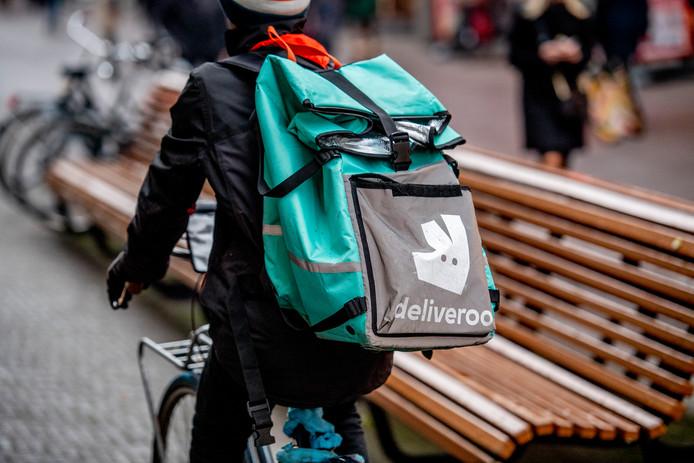 Een bezorger van Deliveroo op weg.