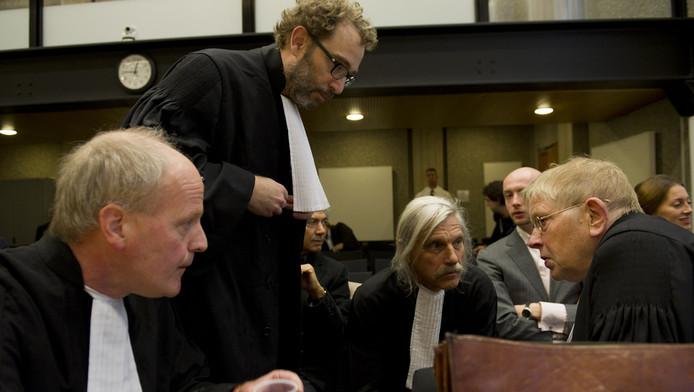 De advocaten van de benadeelde partijen overleggen bij aanvang van het proces tegen Geert Wilders. VLNR: mr. Henry Sarolea, mr. Michiel Pestman, mr. Nico Steijnen en mr. Ties Prakken. © ANP