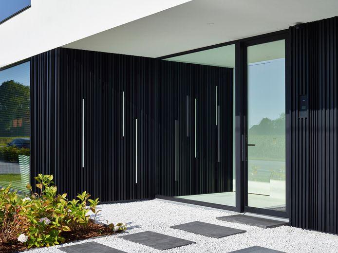 D'autres matériaux, tels que l'aluminium, existent également sous forme de panneaux ou de bandes.