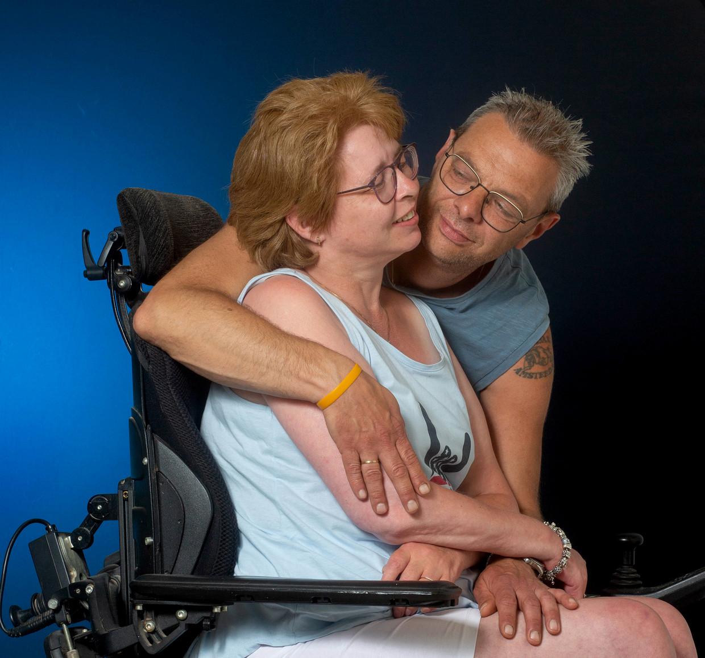 Natascha Versteeg heeft ALS en knuffelt alleen haar man Peter. Toch durfde ze het aan om óók haar vriendin Juliette te omhelzen.