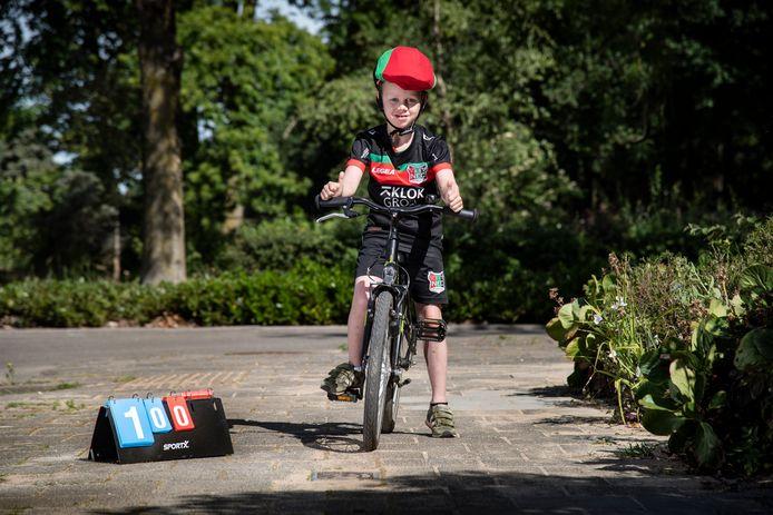 De 7-jarige Yannieck Bleum fietste honderd rondjes.