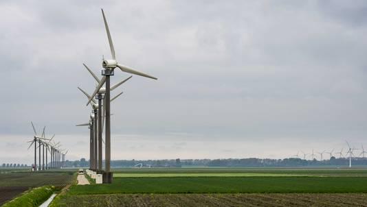 Windmolens in het Nederlandse landschap.