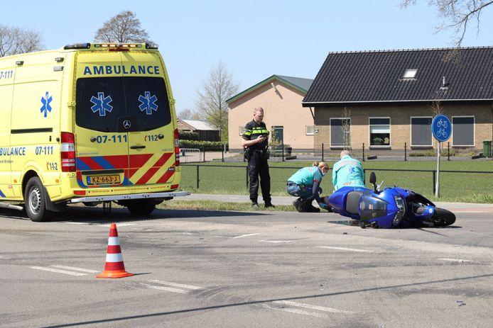 Op de Scherpenzeelseweg raakte een motorrijder gewond bij een botsing met een auto.