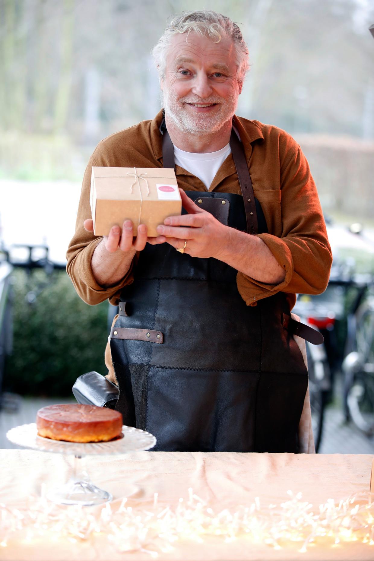 Filip Peeters  Verkoopt tarte tatin  Hove Butcher store  januari 2021 Beeld Kristof Ghyselinck